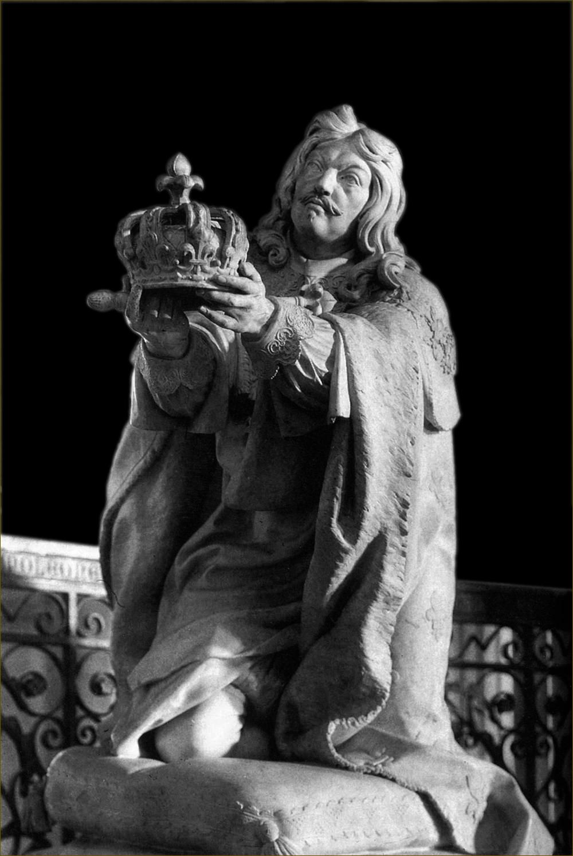 Louis XIII, roi de France, offrant sa couronne et son sceptre à la Vierge, statue votive dans le choeur de la cathédrale Notre-Dame de Paris, par Coustou